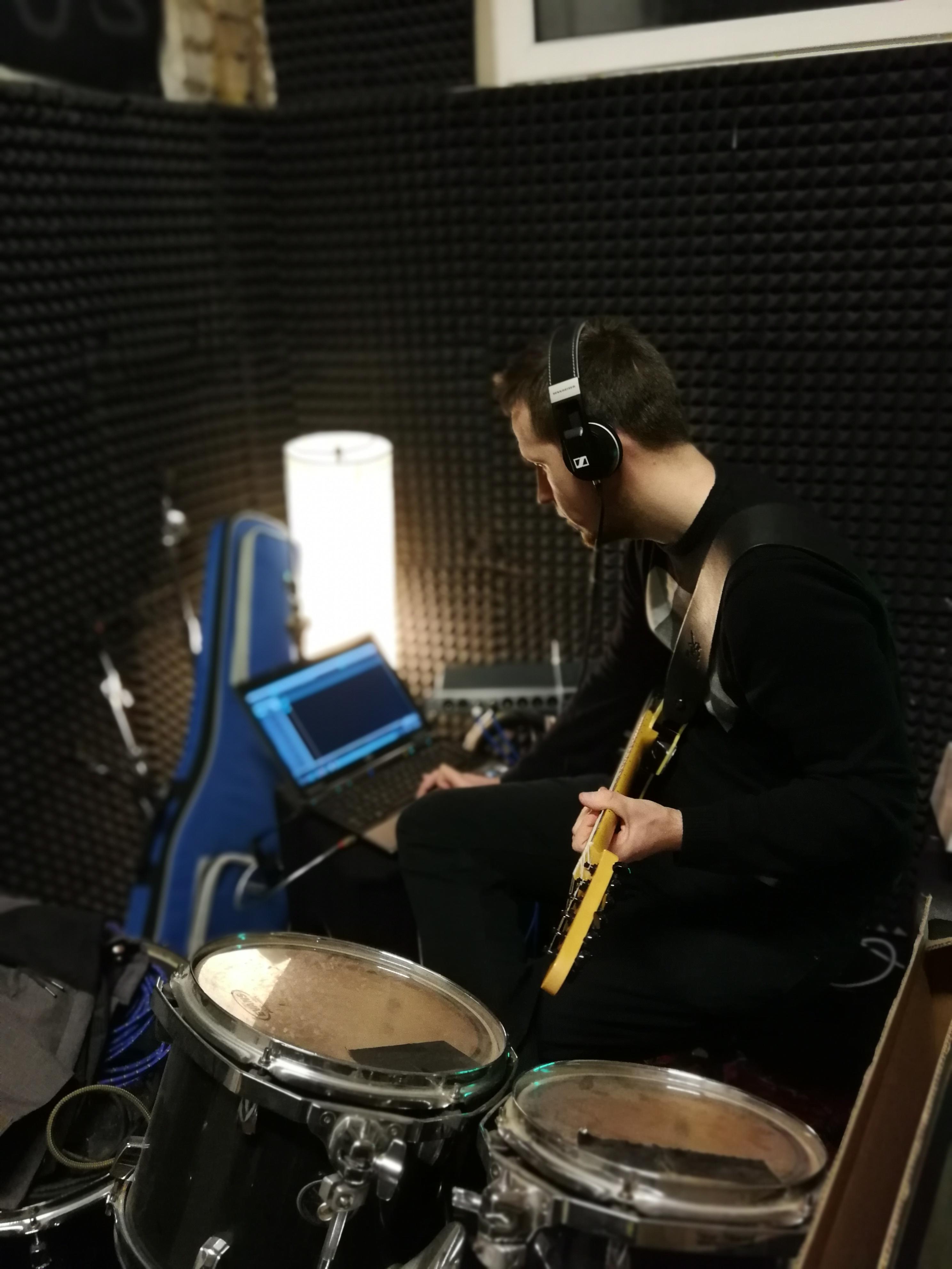 Daniel an der Gitarre
