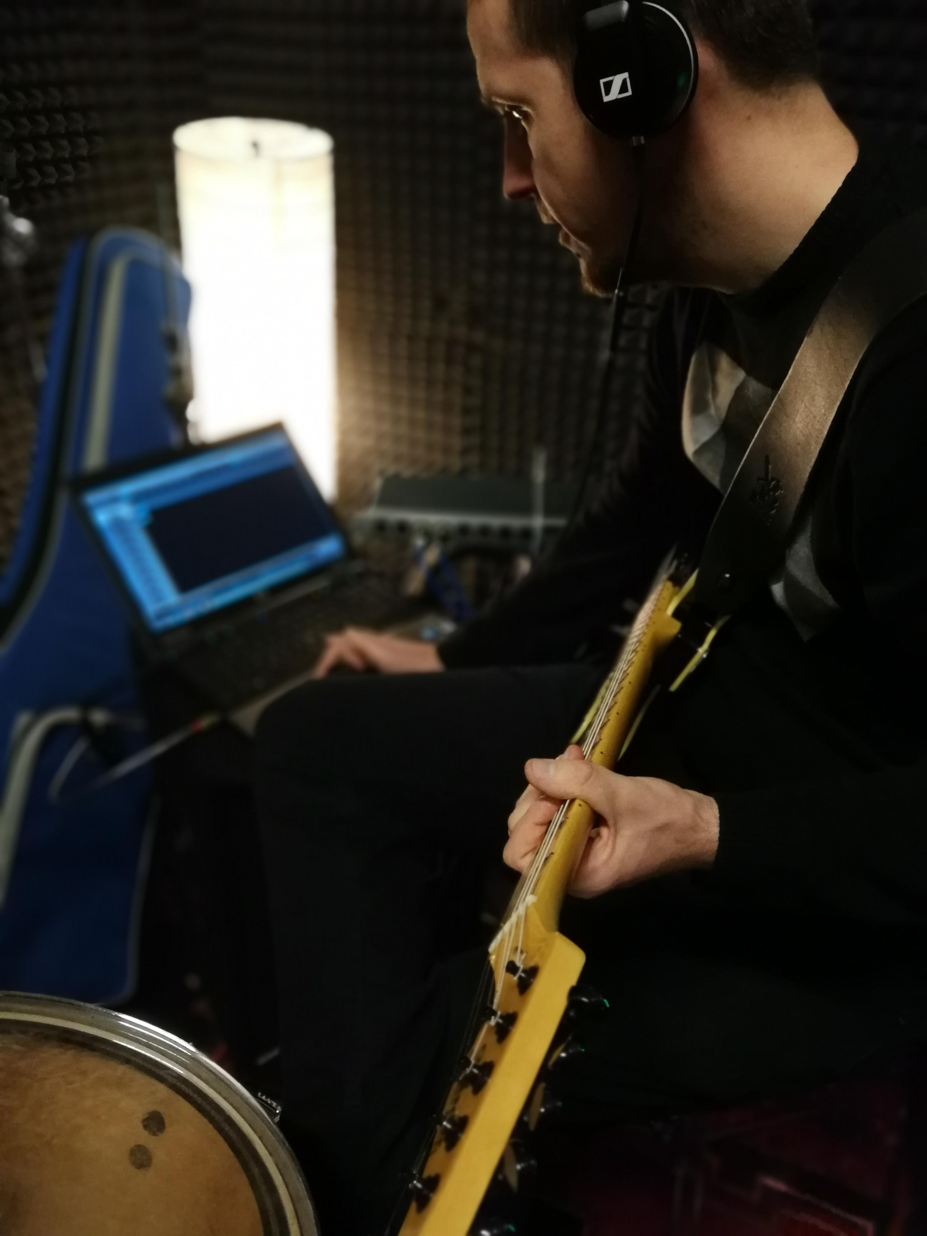 Daniel an der Gitarre, nah